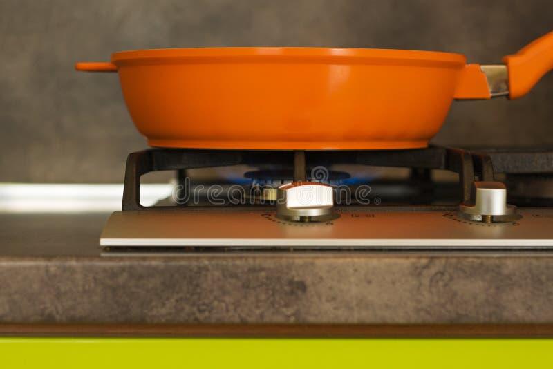 在火炉的平底锅 免版税库存照片