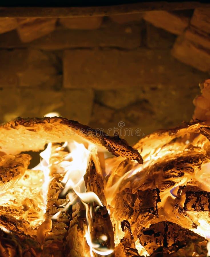 在火炉的火烧木柴热壁炉边特写镜头 图库摄影