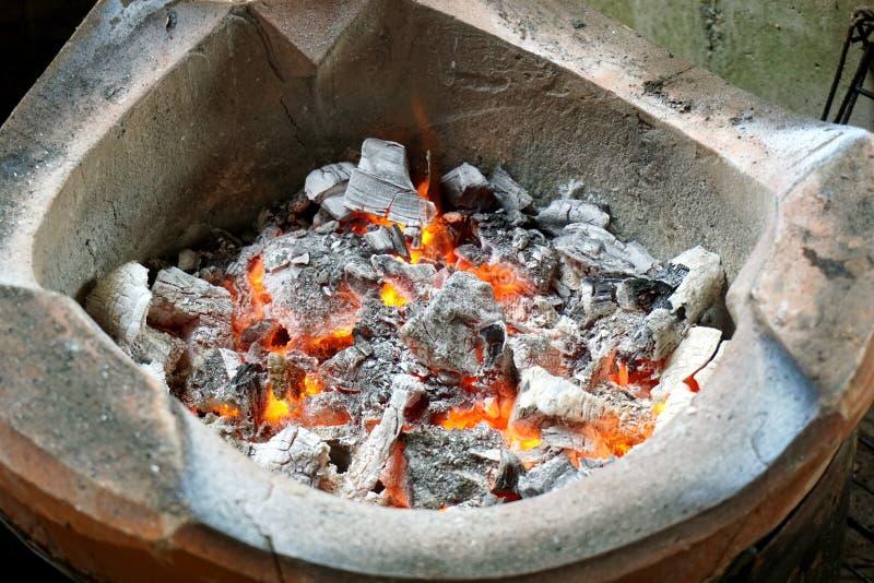 在火炉的热的煤炭 库存照片