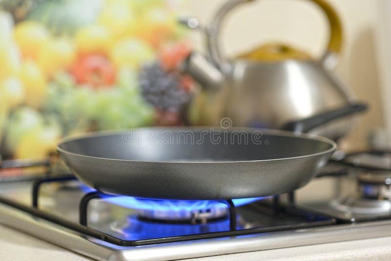 在火炉的煎锅 图库摄影