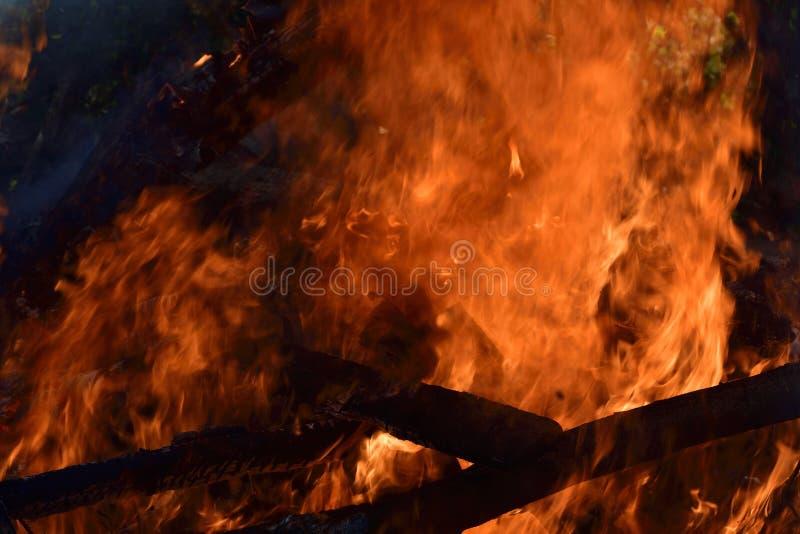 在火烧伤木头,热和危险 库存照片