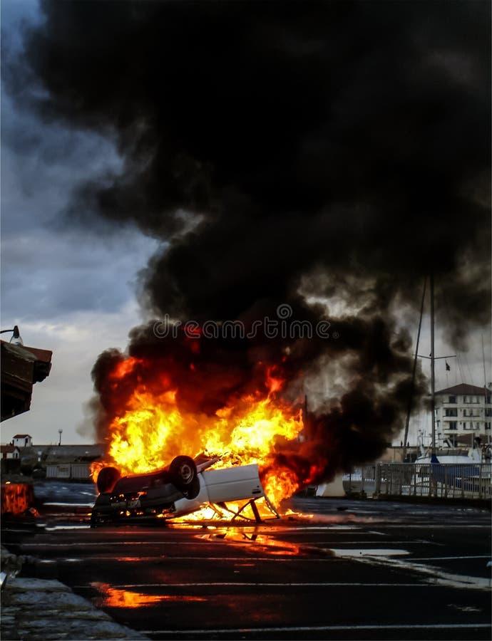 在火焰弄翻的车 图库摄影