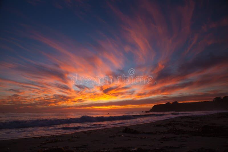 在火焰日落的云彩在圣西蒙靠岸,加州 免版税库存照片