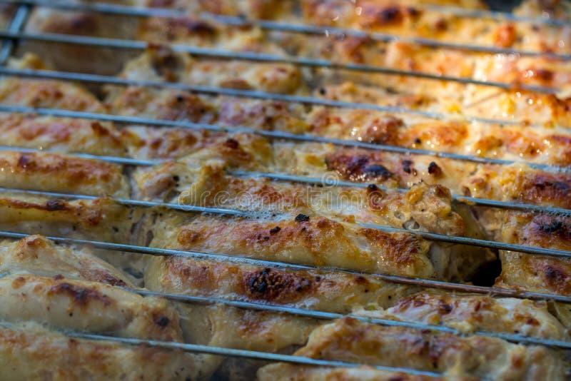 在火焰状格栅的烤鸡大腿 库存照片
