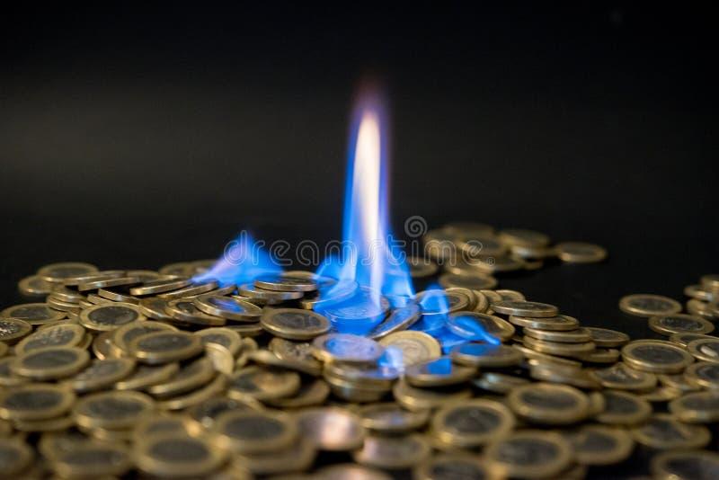 在火的一欧元硬币 库存照片