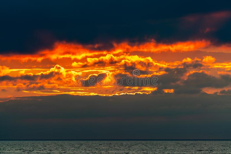 在火的天空在日落以后 库存照片