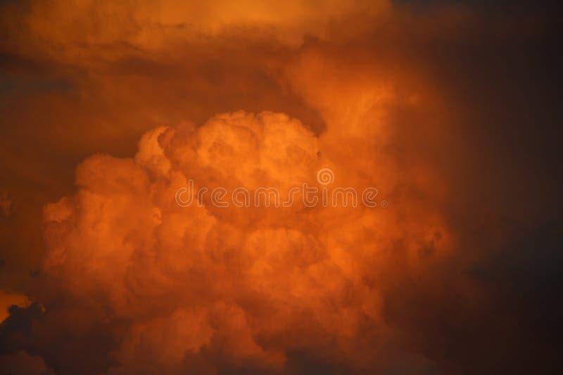 在火的天空 免版税库存照片