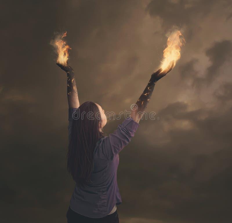 在火的妇女的胳膊。 免版税库存照片