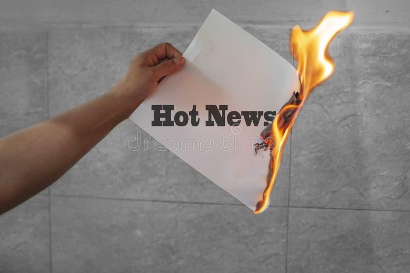 在火的最新新闻文本在纸 库存图片