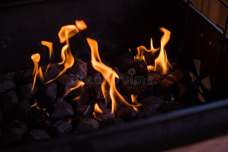 在火的热的煤炭 在烤肉的灼烧的煤炭,在格栅的火 木炭为烤做准备,烤肉格栅 免版税库存照片