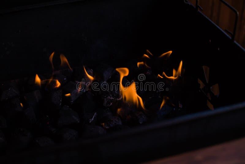 在火的热的煤炭 在烤肉的灼烧的煤炭,在格栅的火 木炭为烤做准备,烤肉格栅 图库摄影