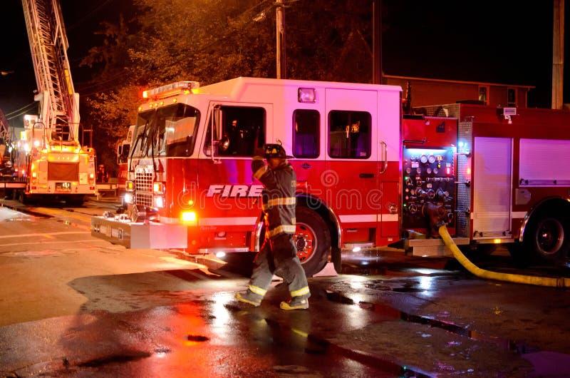在火的现场的消防车 免版税库存照片