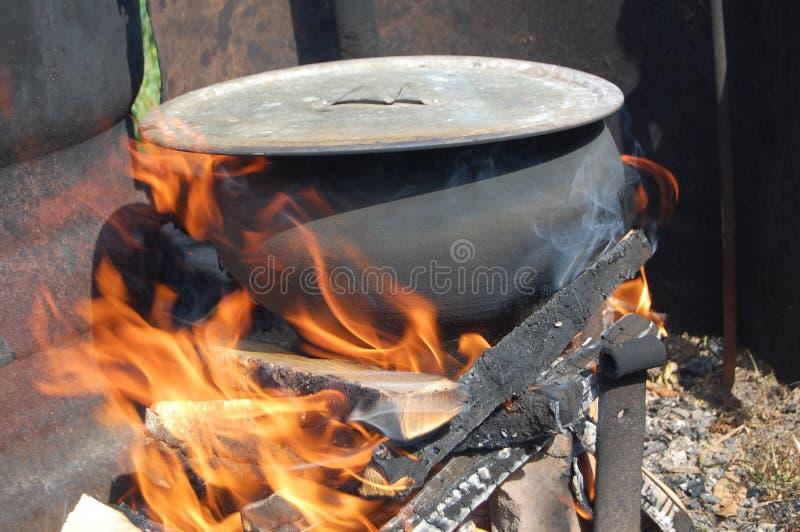 在火的罐 免版税库存照片
