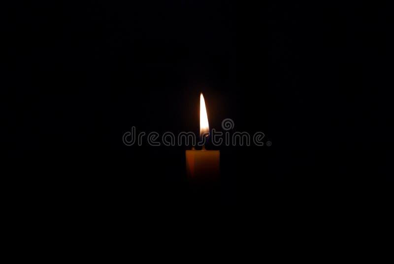在火的蜡烛在黑暗中 免版税库存图片