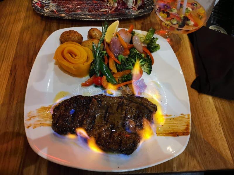 在火的食物牛排 免版税库存照片