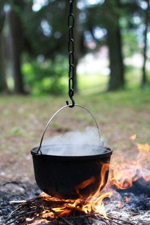 在火的水壶 库存图片