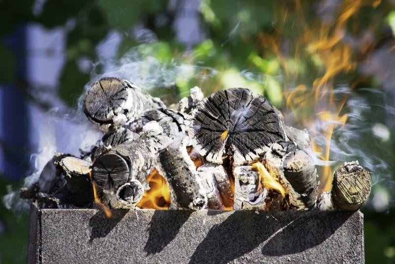 在火盆火盆的木柴燃烧,火,煤炭,背景 库存图片