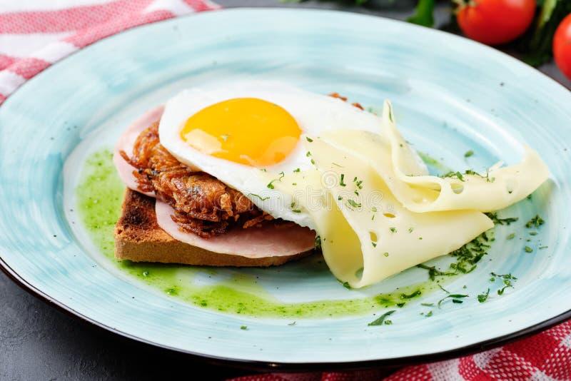 在火腿三明治多士面包侧视图的荷包蛋 免版税库存照片