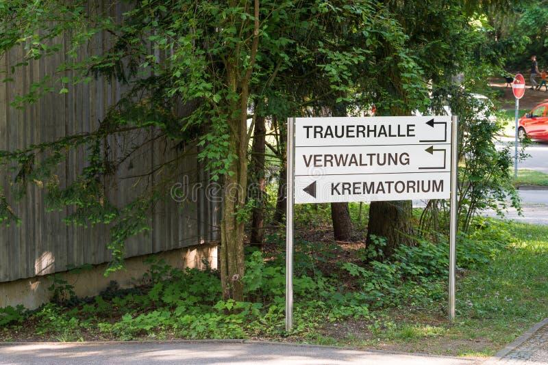 在火葬场的标志在有信息的雷根斯堡用德语-哀悼的大厅-管理-火葬场 免版税库存照片