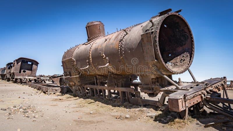 在火车公墓的生锈的老火车在Uyuni沙漠,玻利维亚,南美 库存照片