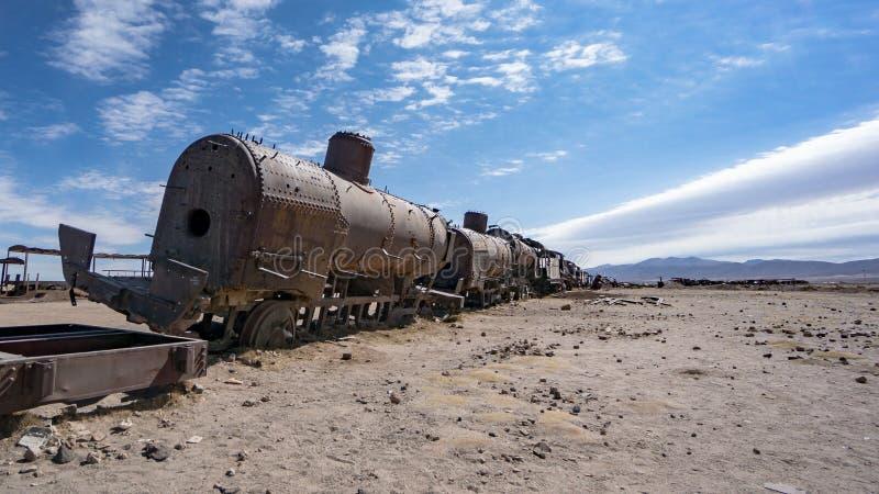 在火车公墓的生锈的老火车在Uyuni沙漠,玻利维亚,南美 库存图片