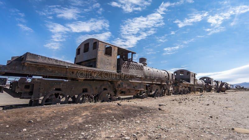 在火车公墓的生锈的老火车在Uyuni沙漠,玻利维亚,南美 免版税库存照片