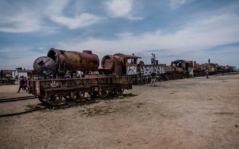 在火车公墓的生锈的老steem火车在玻利维亚 免版税库存照片