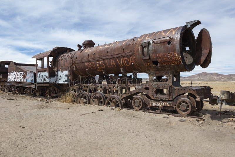 在火车公墓的老火车在撒拉族de Uyuni,玻利维亚附近 免版税库存照片