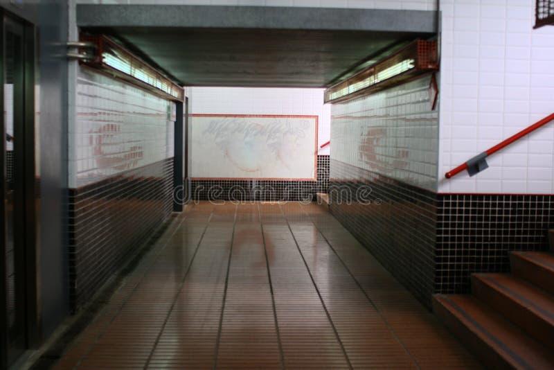 在火车站下的隧道 免版税库存图片