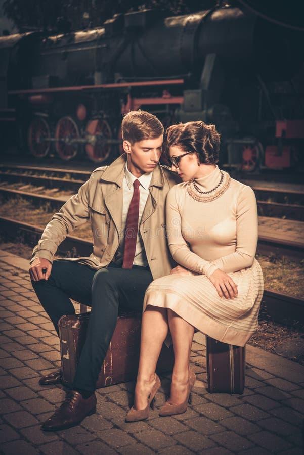 在火车站平台的葡萄酒夫妇 免版税库存照片