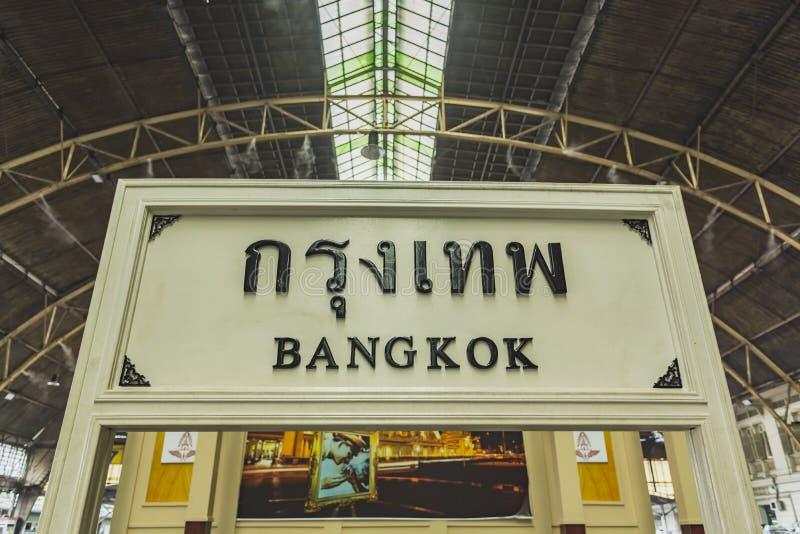 在火车站曼谷的火车 免版税库存图片