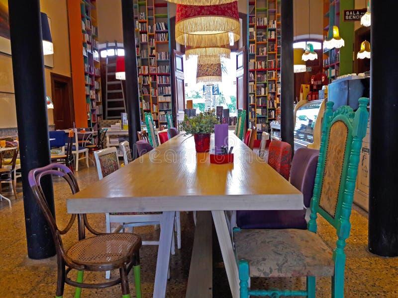 在火车站的五颜六色的咖啡馆酒吧 免版税图库摄影