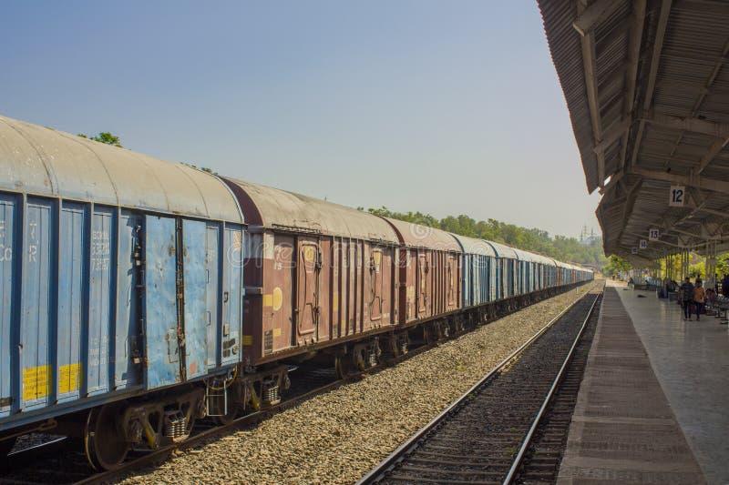 在火车站的印度货车在平台附近在有人的一个机盖下 库存图片