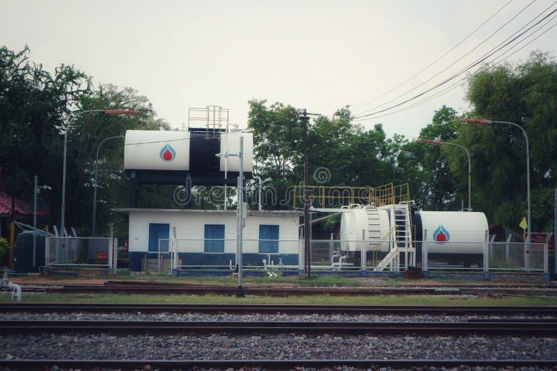 在火车站的大储油坦克 图库摄影
