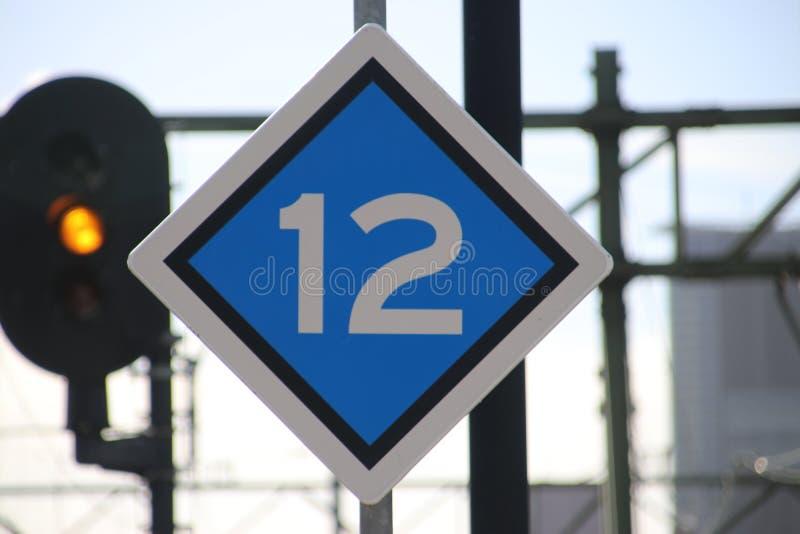 在火车站的平台的停车标志在荷兰determing的在无盖货车的数量 免版税库存图片