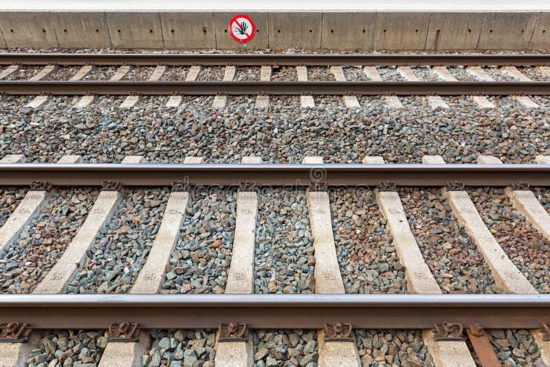 在火车站的火车轨道与禁止的横穿签到镭 库存照片