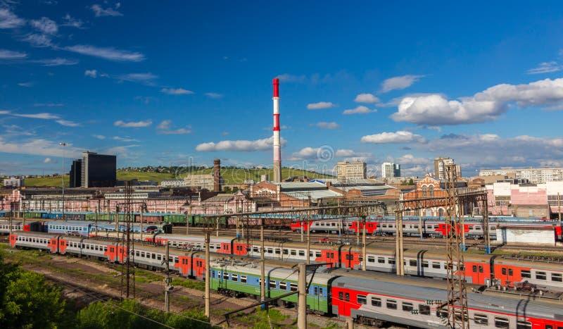 在火车站的火车 免版税库存照片