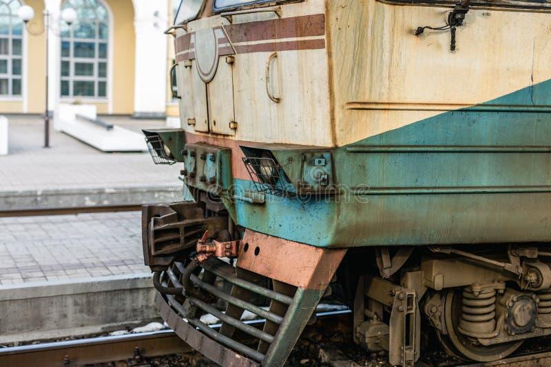 在火车站的特写镜头老生锈的柴油火车机车 过时科技货运车 库存照片