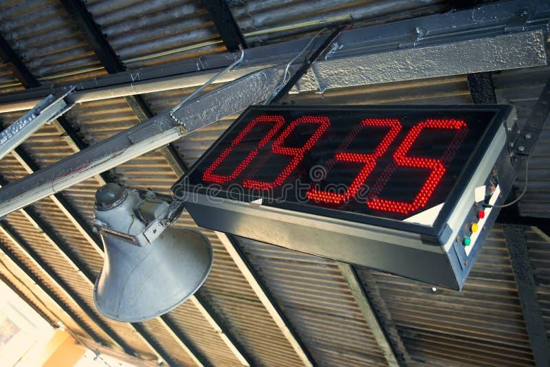 在火车站的电子时钟 图库摄影