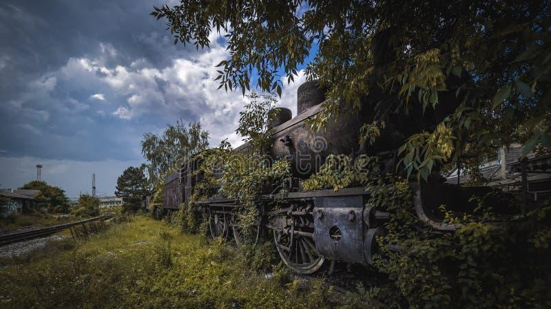 在火车站的被放弃的火车 免版税库存照片