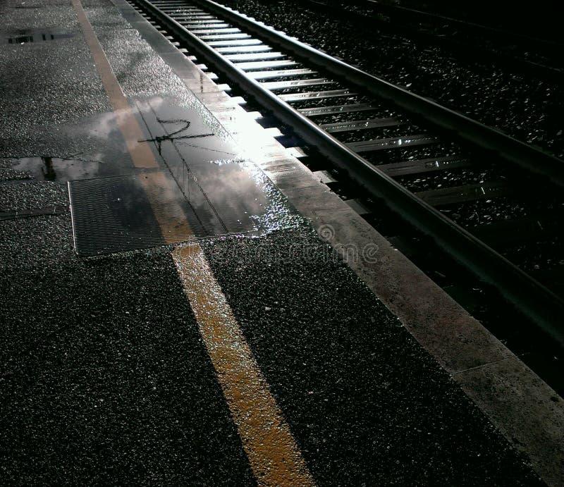 在火车站的轨道 免版税库存照片