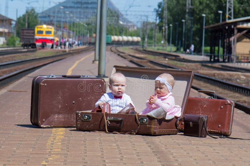 在火车站的婴儿夫妇 免版税库存图片