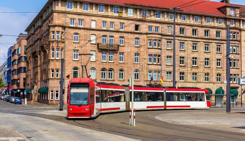 在火车站附近的电车在纽伦堡 免版税库存照片