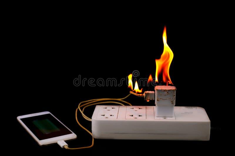 在火适配器在接通电源输出口的智能手机充电器 免版税库存照片