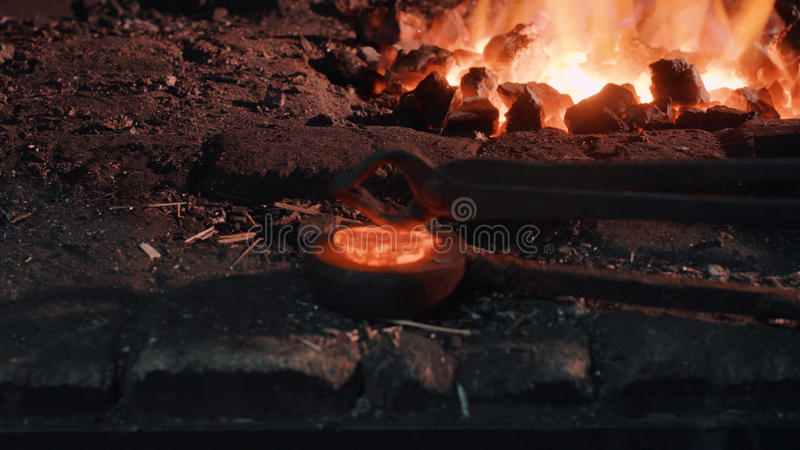 在火附近的激昂的金属零件 图库摄影