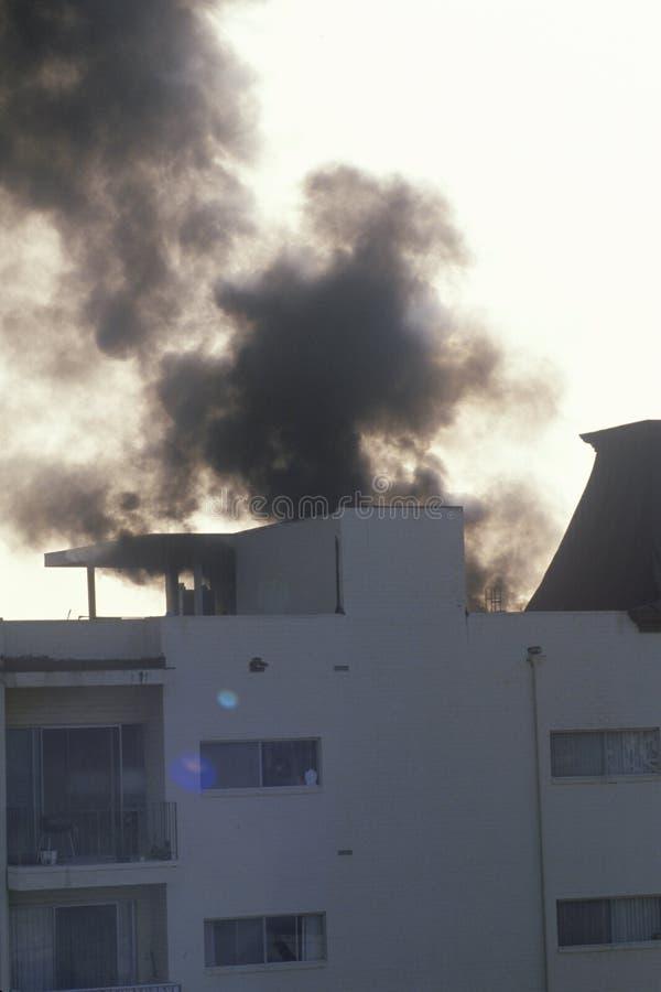 在火,布伦特伍德,加利福尼亚的公寓 库存图片