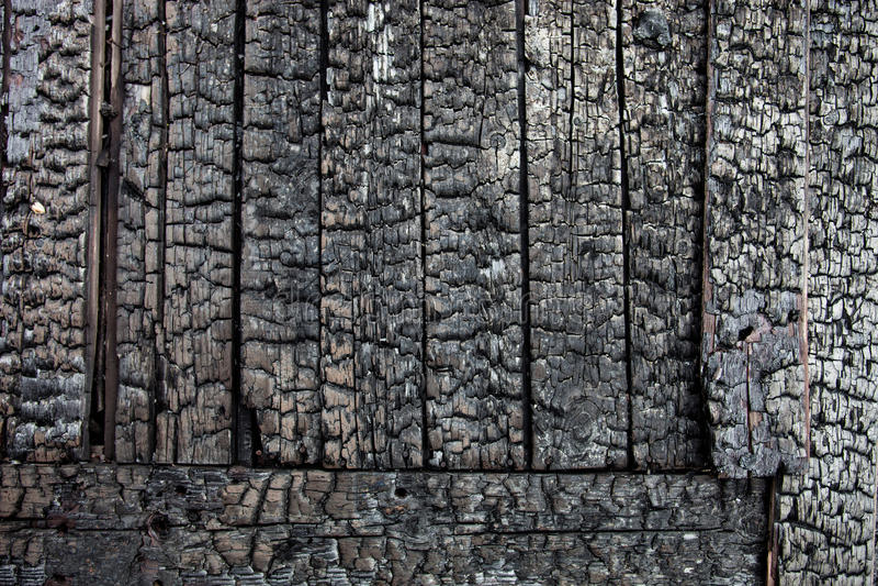 在火以后被烧焦的木板条 免版税库存照片