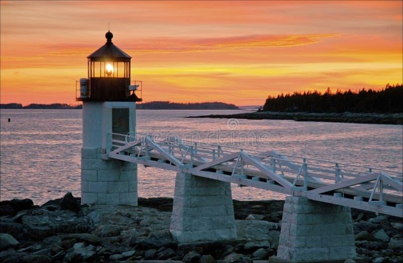 在灯塔的日落在缅因 免版税库存图片