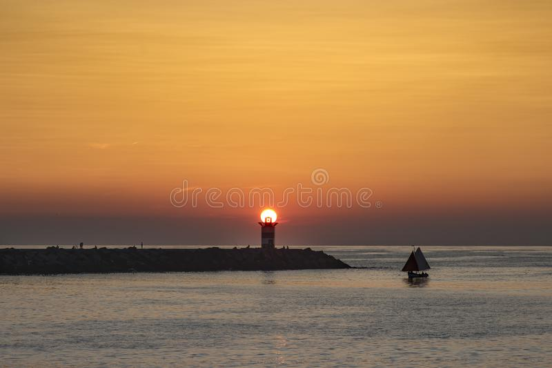 在灯塔的日落 库存图片