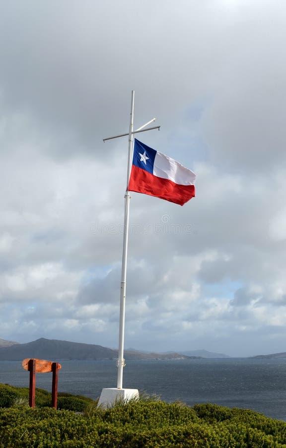 在灯塔的智利旗子在合恩角 免版税图库摄影